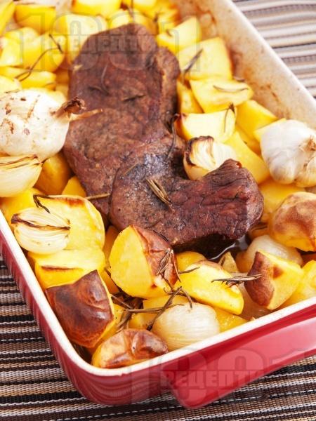 Печено телешко месо (шол) с картофи и розмарин в тава на фурна - снимка на рецептата